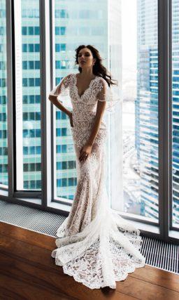 Бежевое свадебное платье «рыбка» с пышным коротким рукавом.