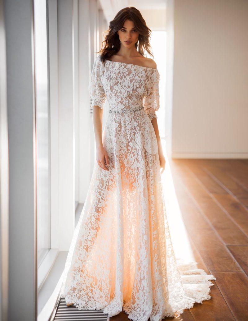 Бежевое кружевное свадебное платье с портретным декольте.
