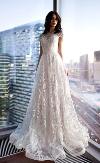 Нежное свадебное платье с коротким рукавом и отделкой аппликациями.