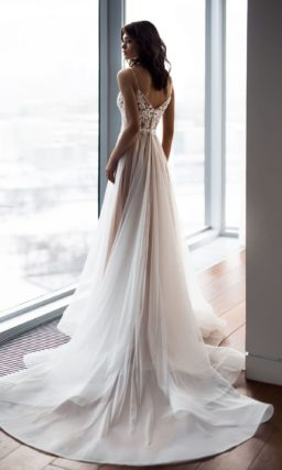 Свадебное платье цвета слоновой кости с открытым лифом с кружевом.