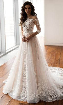 Свадебное платье с кружевным рукавом и воздушным шлейфом.
