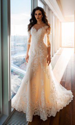 Кремовое свадебное платье «рыбка» с длинным фигурным шлейфом.