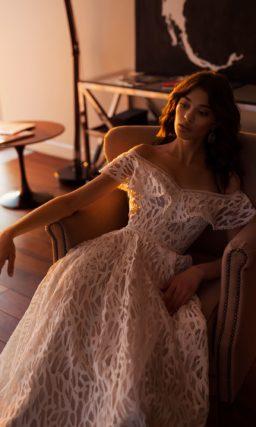 Великолепное свадебное платье с открытым лифом с оборкой.