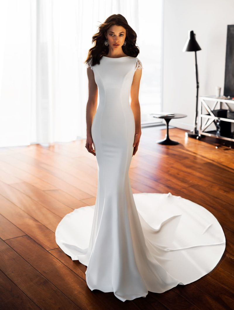 Свадебное платье «рыбка» с открытой спинкой и чарующим шлейфом.