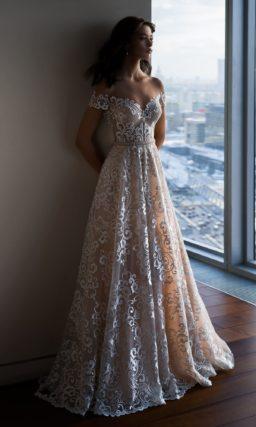 Бежевое свадебное платье с кружевным декором и открытым лифом.