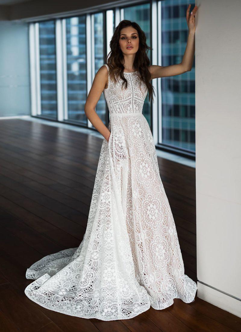Свадебное платье без рукава, полностью покрытое кружевом.