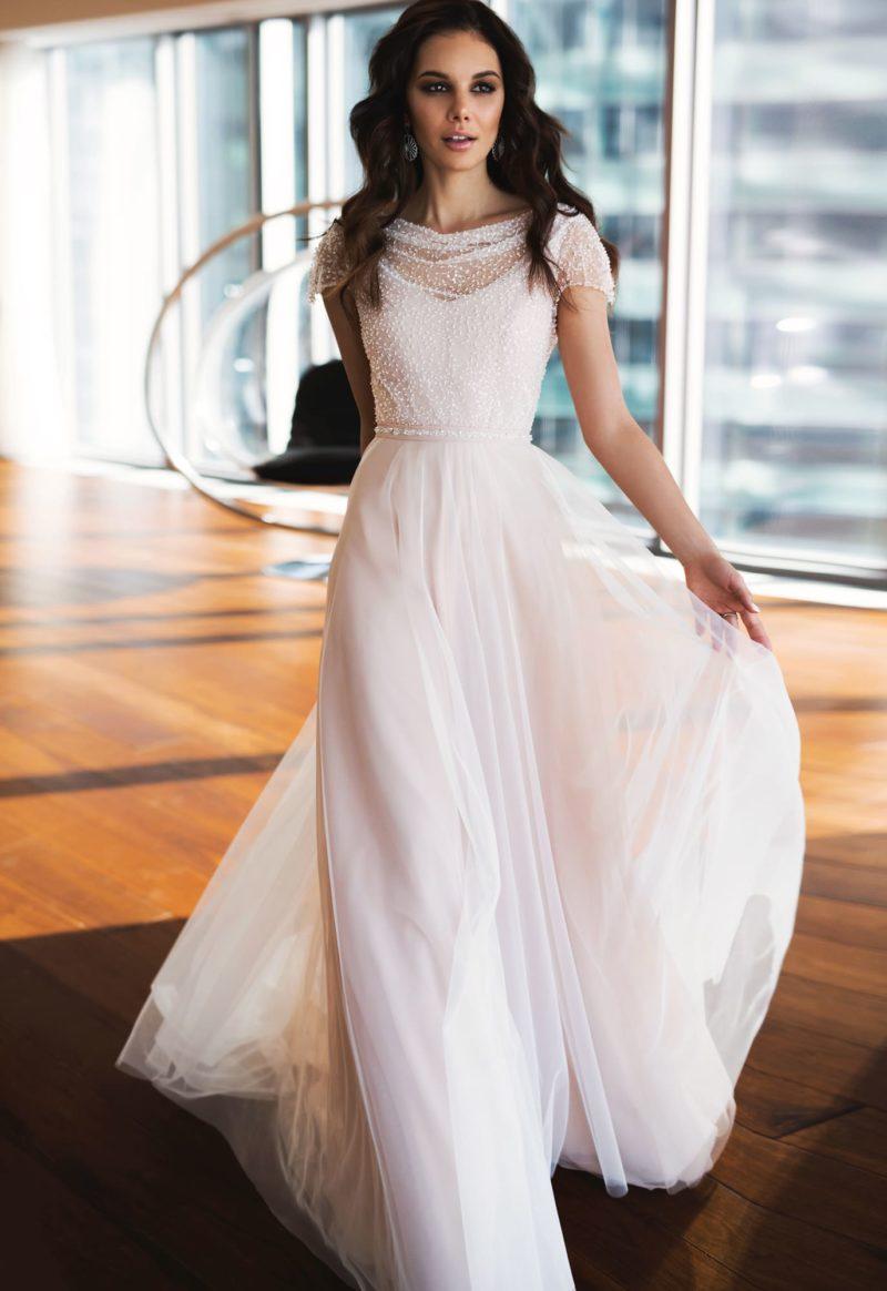 Свадебное платье прямого кроя с изящным коротким рукавом.