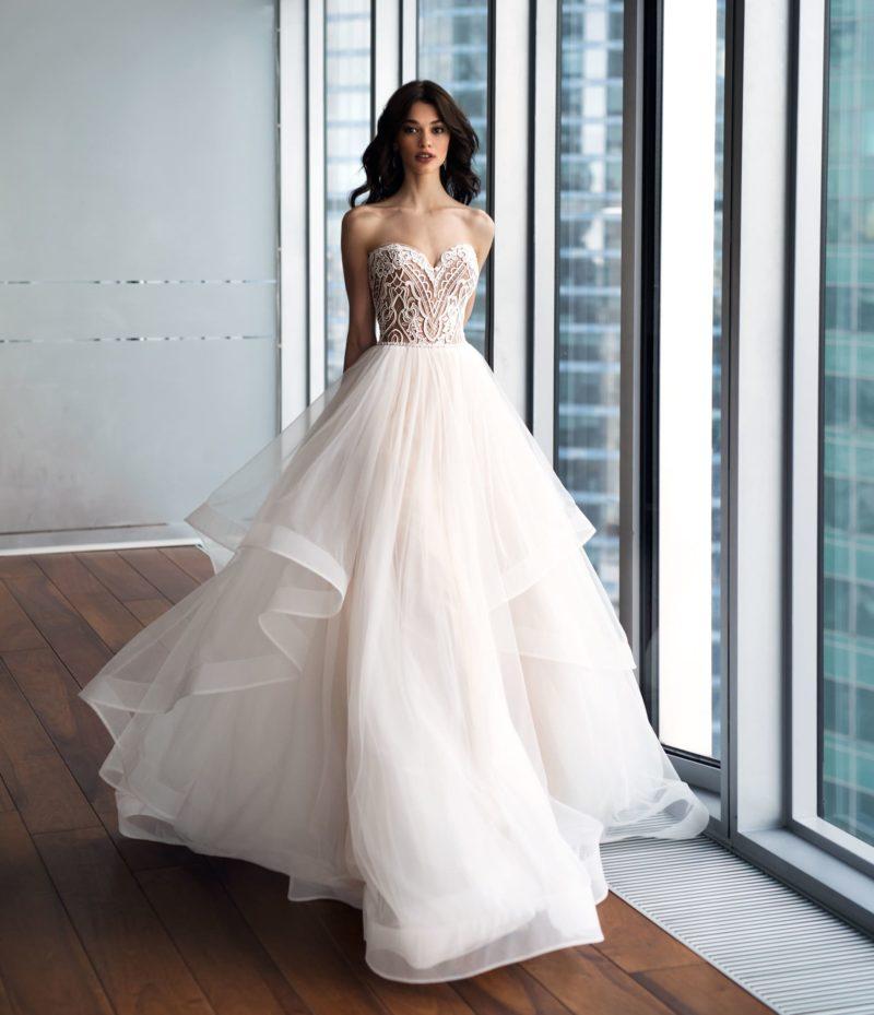 Пышное розовое свадебное платье с притягательным открытым лифом.