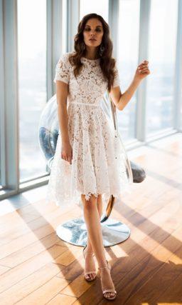 Бежевое свадебное платье с юбкой до колена и узким поясом.