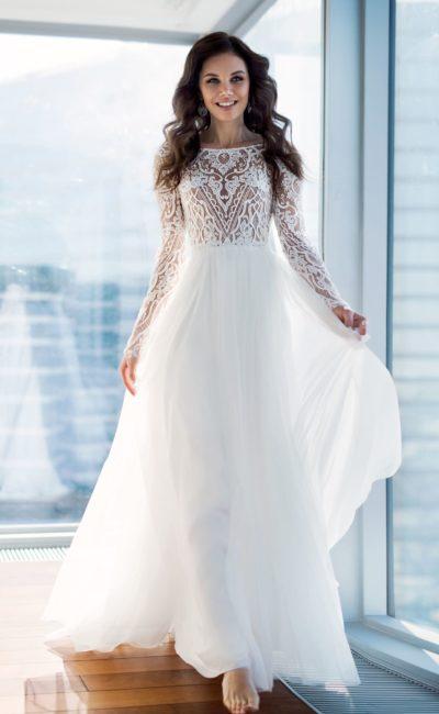 Закрытое свадебное платье с многослойной юбкой и рукавом.