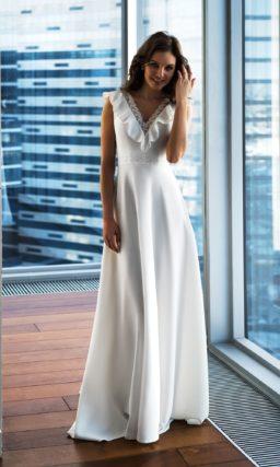 Свадебное прямое простое платье.