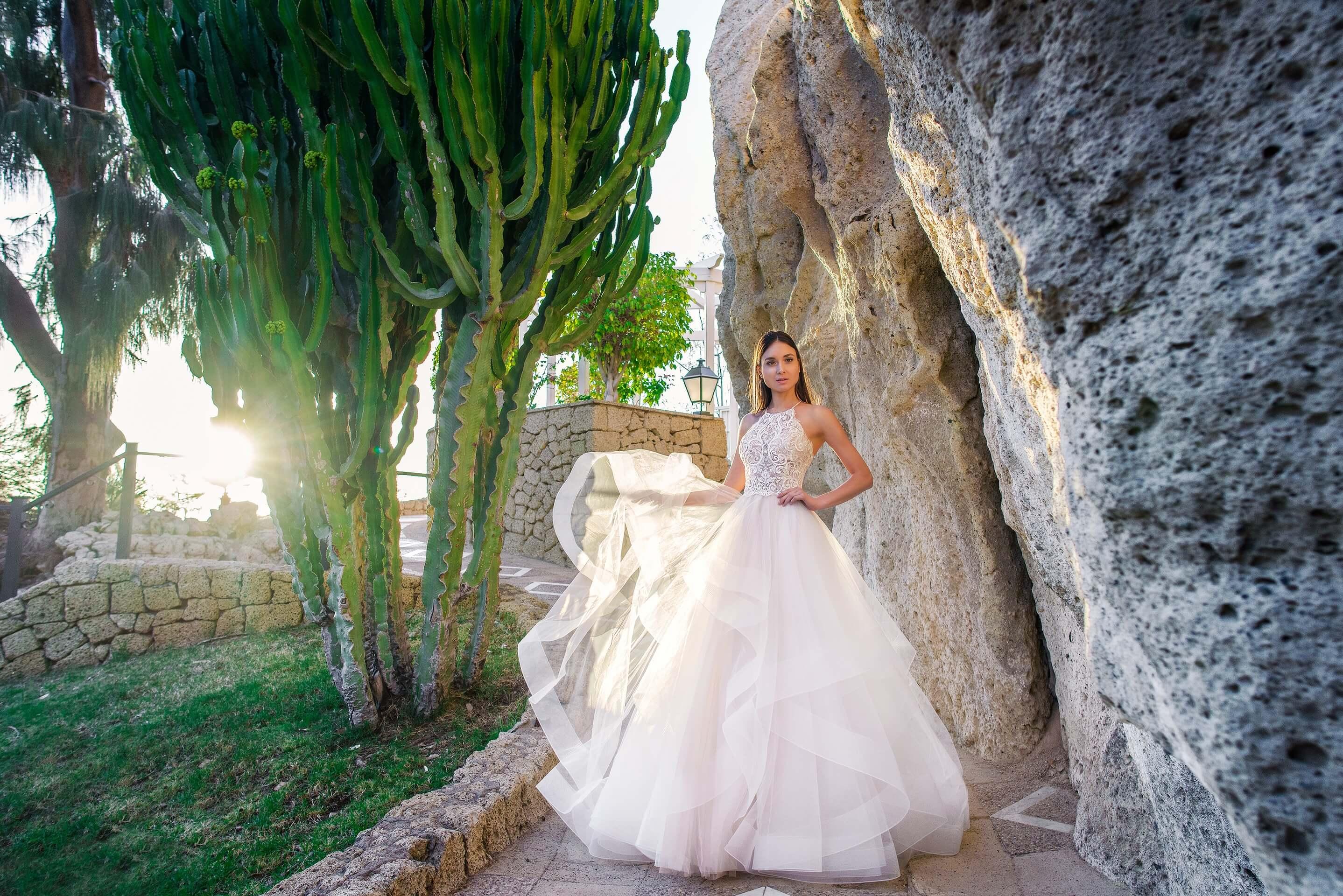 Свадебное платье с многоярусным подолом и изящным кружевным верхом.