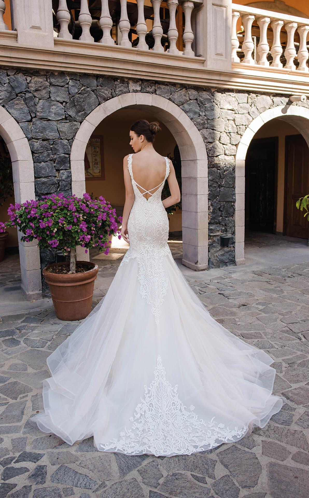 Свадебное платье «рыбка» с открытой спиной и отделкой аппликациями.