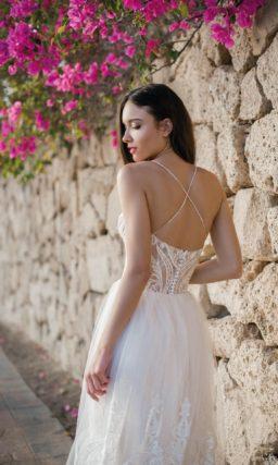 Стильное свадебное платье с кружевным декором и открытой спиной.