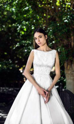 Атласное свадебное платье с пышной юбкой и открытой спиной.