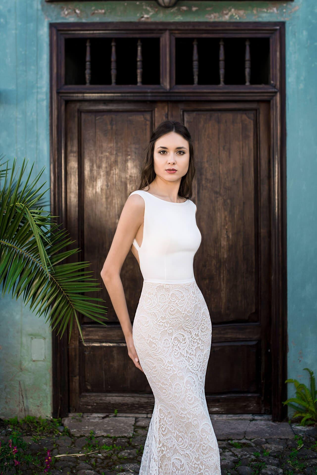 Свадебное платье с облегающей кружевной юбкой и открытой спиной.
