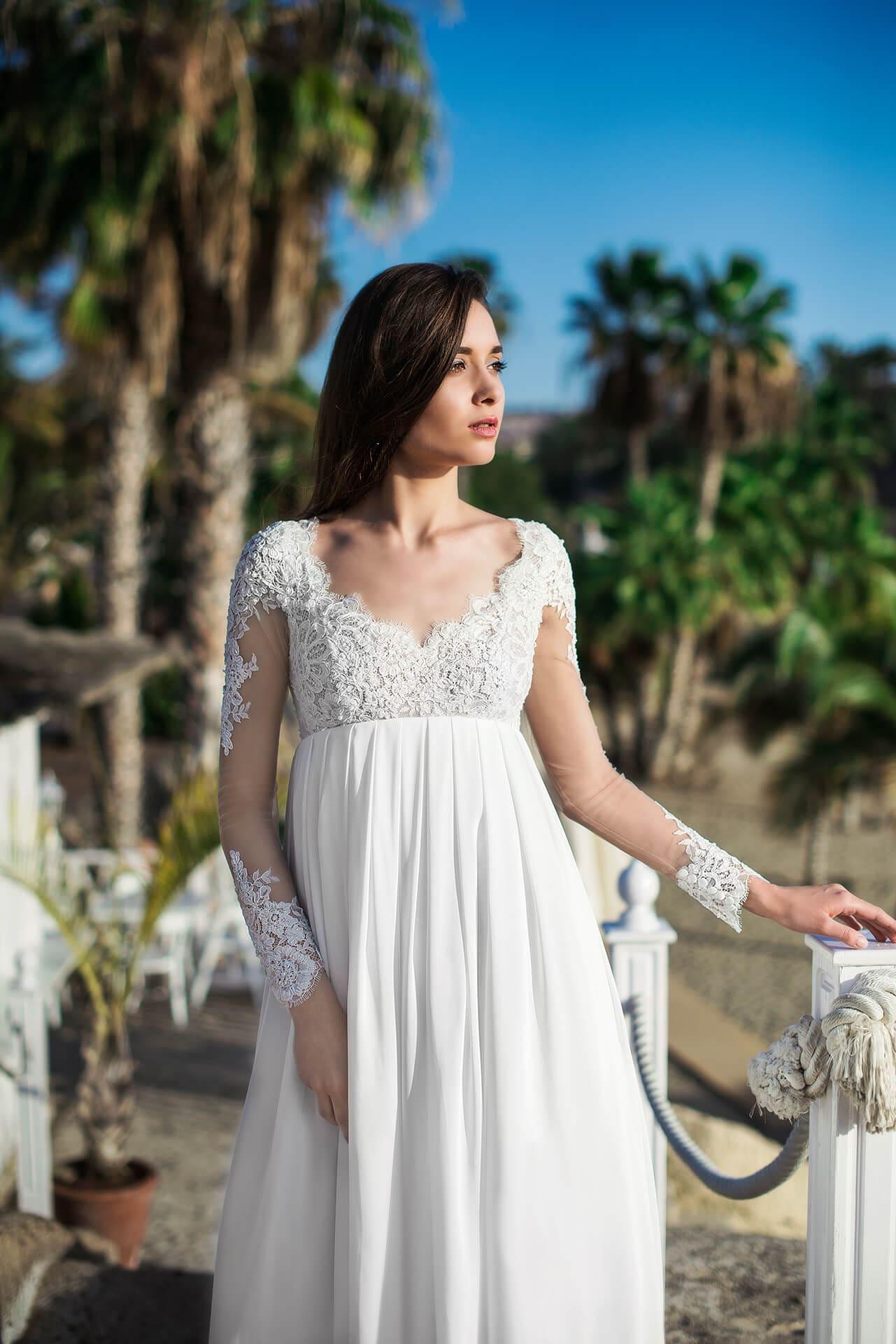 Свадебное платье в ампирном стиле, с открытой спинкой.