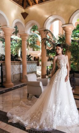 Свадебное платье с длинным шлейфом и стильной американской проймой.