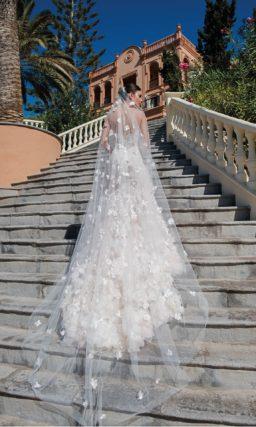 Свадебное платье «русалка» персикового оттенка с открытым лифом.