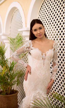 Свадебное платье «рыбка» пудрового цвета с длинным рукавом.