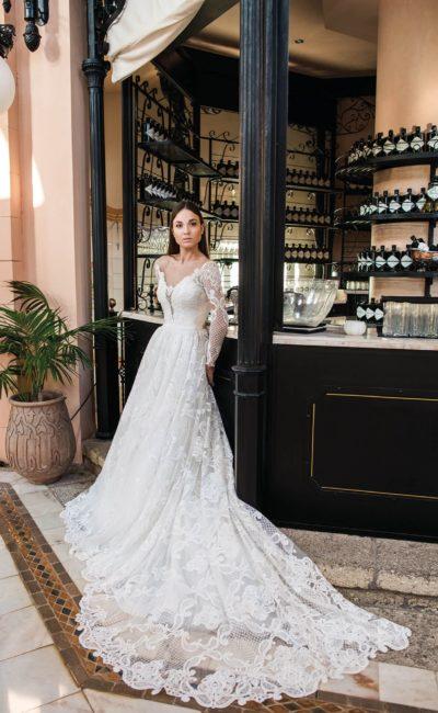Чувственное свадебное платье с длинным рукавом и роскошным шлейфом.