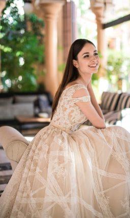Свадебное платье с двойными бретелями и длинным прозрачным шлейфом.