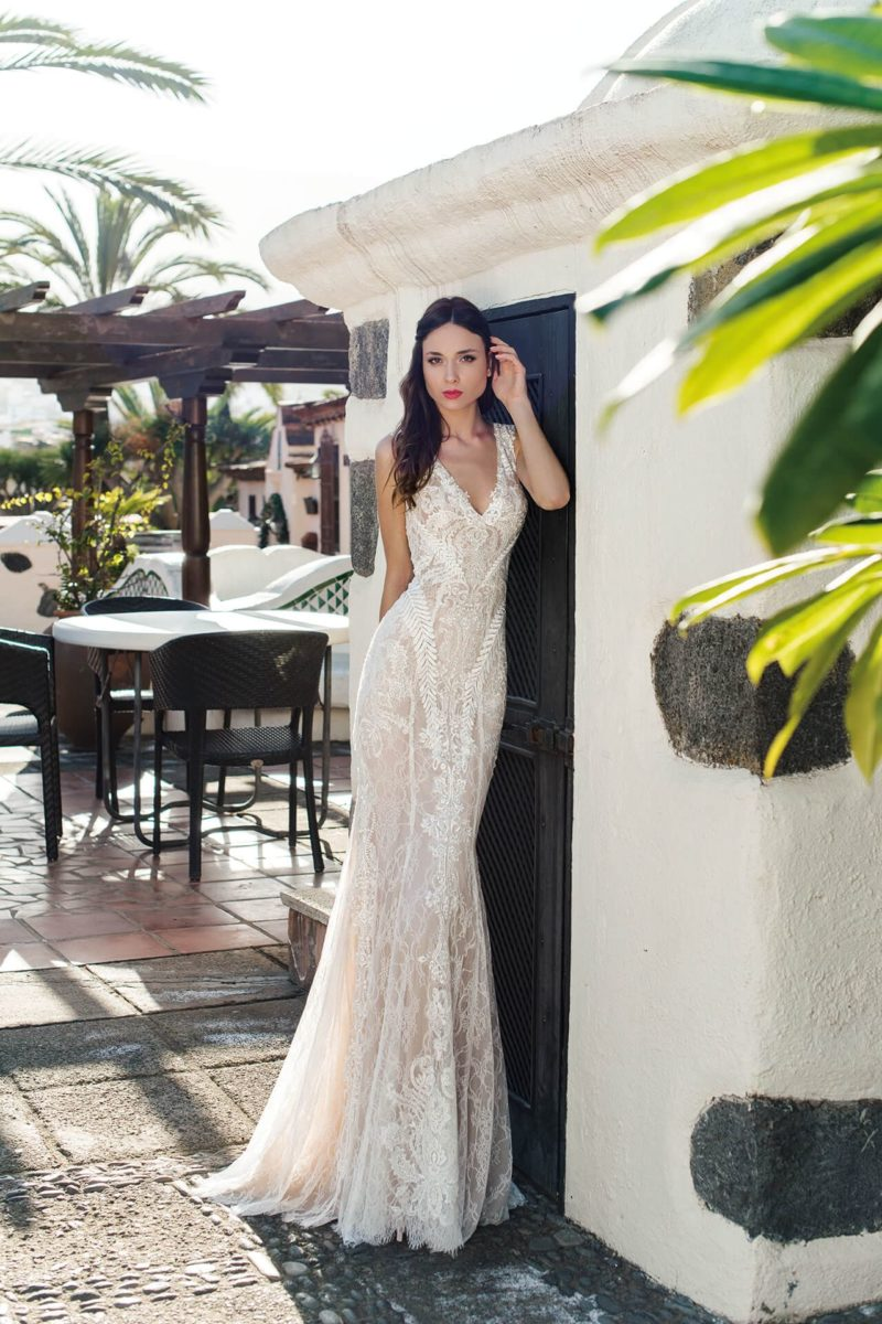Облегающее свадебное платье с небольшим вырезом и тонкой вставкой сзади.