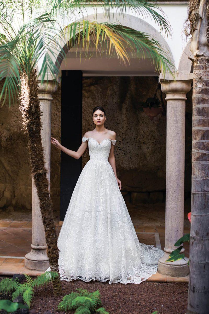 Чарующее свадебное платье с открытым лифом и кружевом по всей длине.