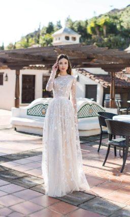 Свадебное платье с длинным рукавом и кружевной отделкой.