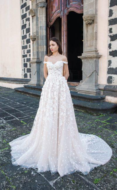 Кружевное свадебное платье с открытым лифом и полупрозрачным шлейфом.