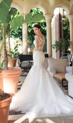 Свадебное платье «рыбка» с вставкой на спинке и пышным низом подола.