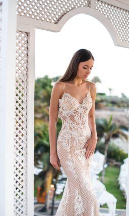 Свадебное платье «рыбка» с открытым лифом на тонких бретелях.