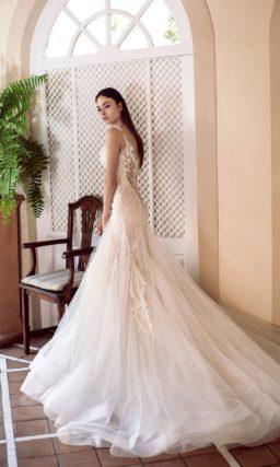 Свадебное платье «русалка» с открытым верхом и чарующей юбкой.