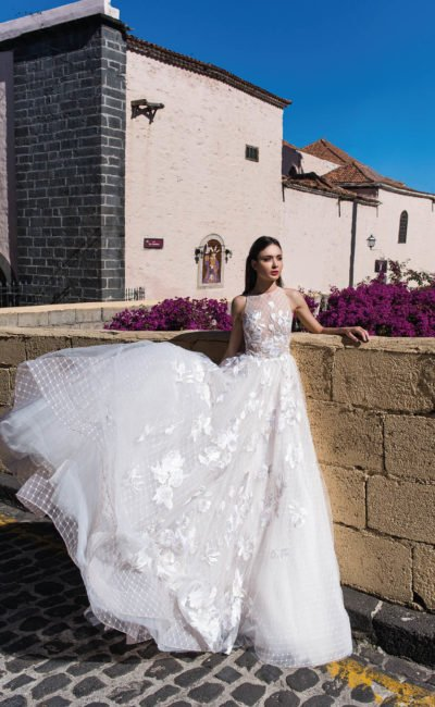 Свадебное платье с отделкой аппликациями и многослойной юбкой.