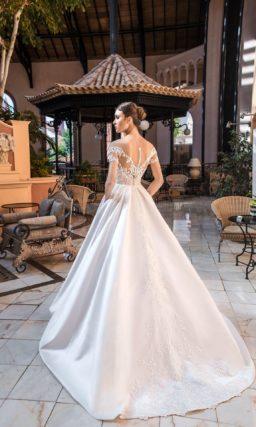 Свадебное платье с юбкой из атласа и отделкой аппликациями.