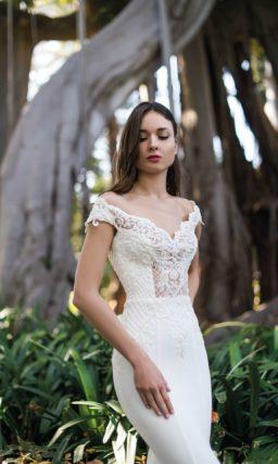 Свадебное платье «рыбка» с верхом, оформленным кружевом.