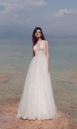 Свадебное платье с пудровым верхом и кружевным декором.