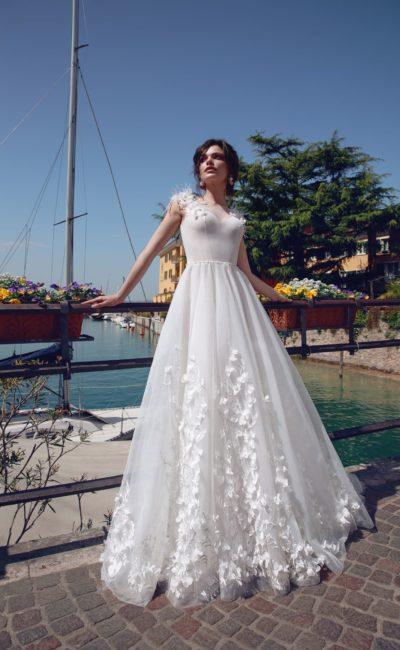 Свадебное платье с лифом «сердечком» и объемной отделкой перьями.