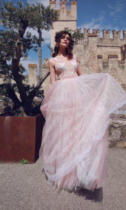 Розовое свадебное платье с многослойным низом и иллюзией прозрачности.