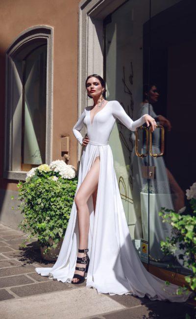 Платье с длинным рукавом и разрезом