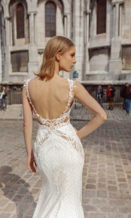 Свадебное платье облегающего кроя с тонкими вставками и кружевом.