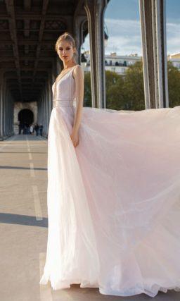 Прямое свадебное платье розового цвета с глубоким вырезом.