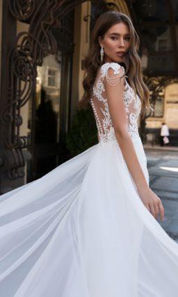 Прямое свадебное платье с полупрозрачным кружевным верхом.