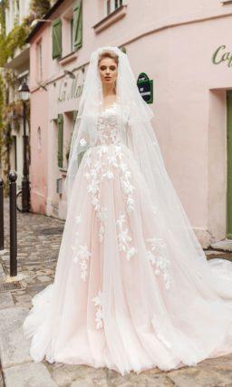 Свадебное платье пудрового оттенка с белым кружевом и пышной юбкой.