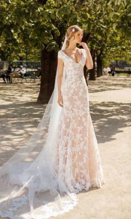 Свадебное платье с коротким рукавом и объемной верхней юбкой.