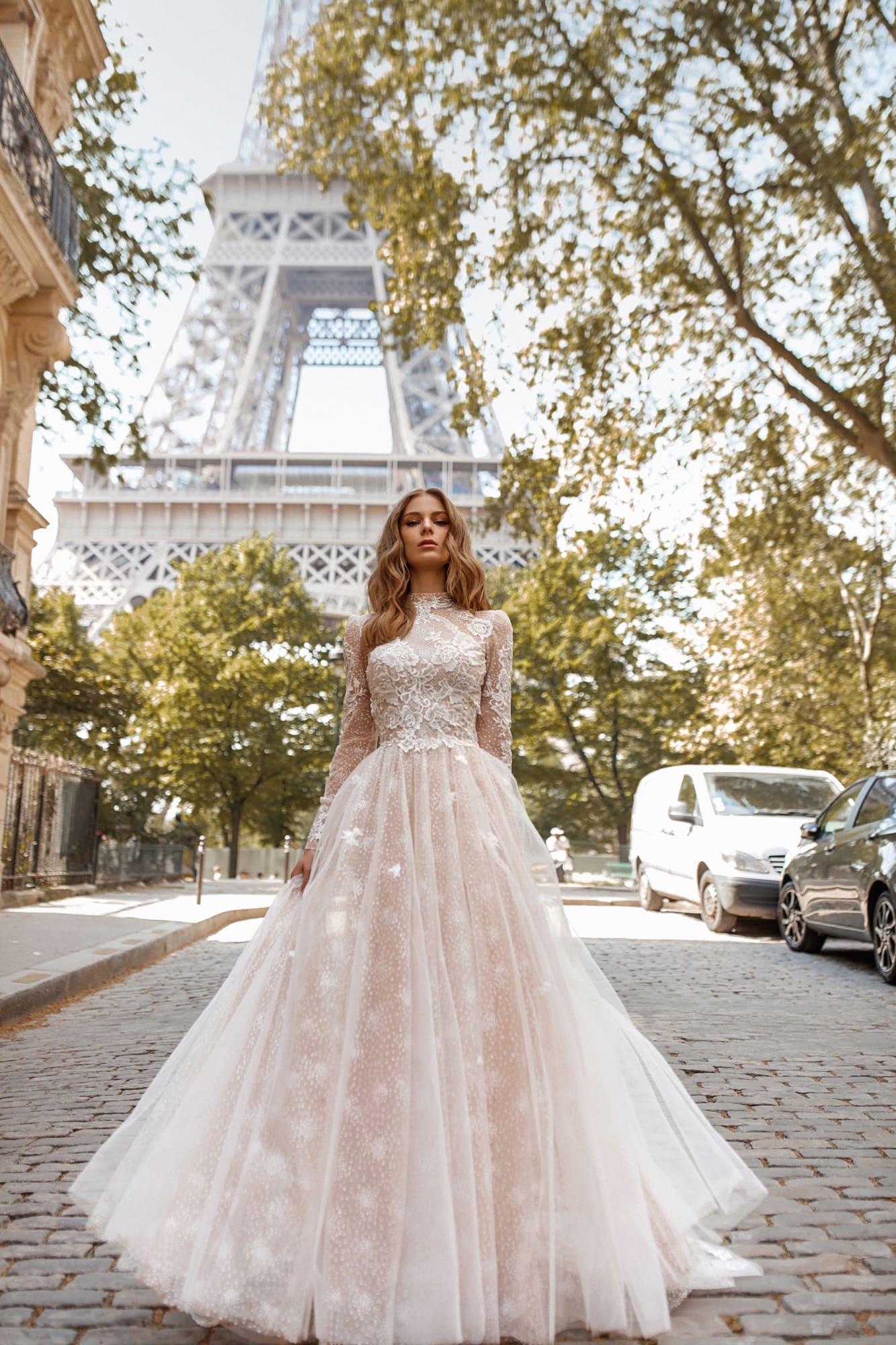 Пышное свадебное платье с длинным рукавом и открытой спинкой.
