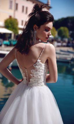 Пышное свадебное платье с открытым лифом и фактурным декором.