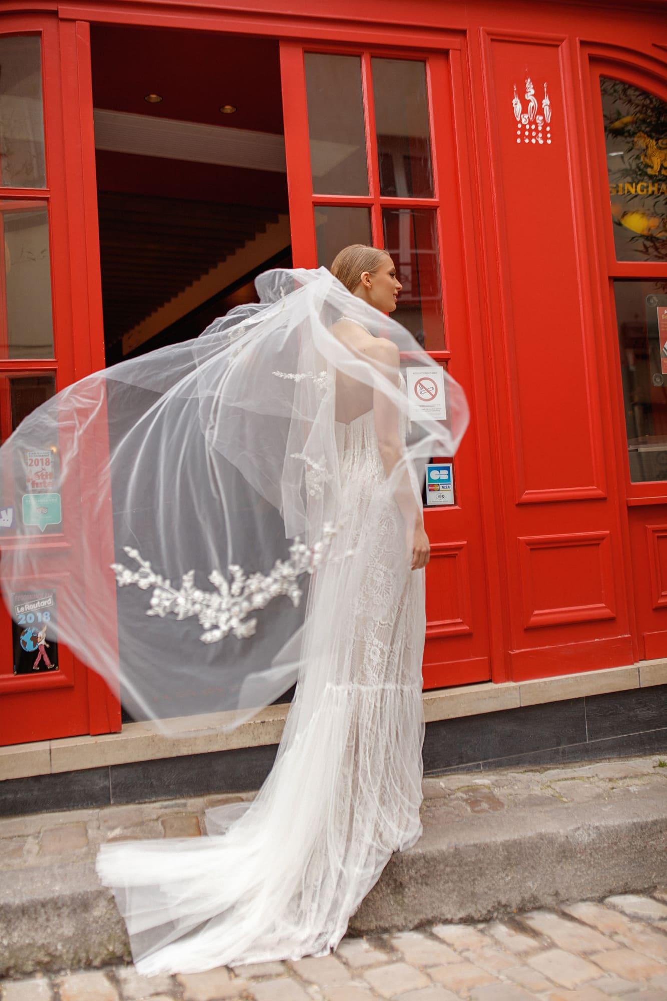 Облегающее свадебное платье с декором из бахромы.