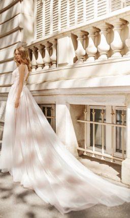 Пудровое свадебное платье пышного кроя с открытой спиной.