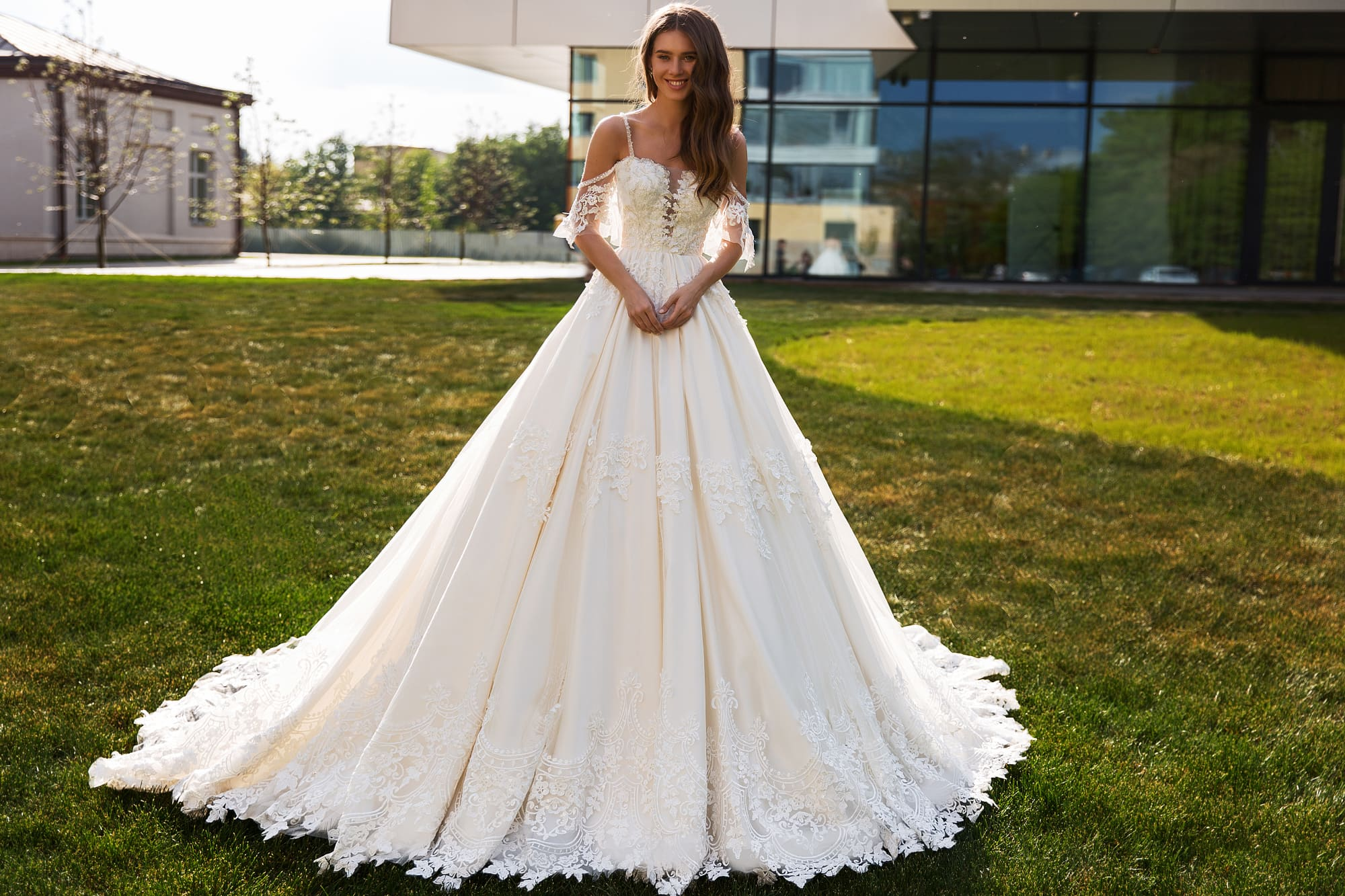 Пышное свадебное платье с оригинальным верхом и кружевным декором.